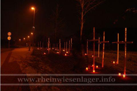 Kreuze und Kerzen an der Schwarzen Madonna in Remagen